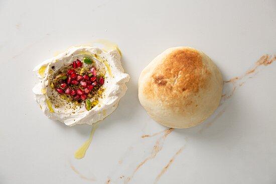 Coalhada Seca com pistache e romã + pão árabe