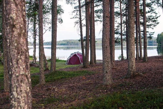 Outdoor camp by a lake with Heimplanet tent. All tent for rent you will find on nomadicnorth.se