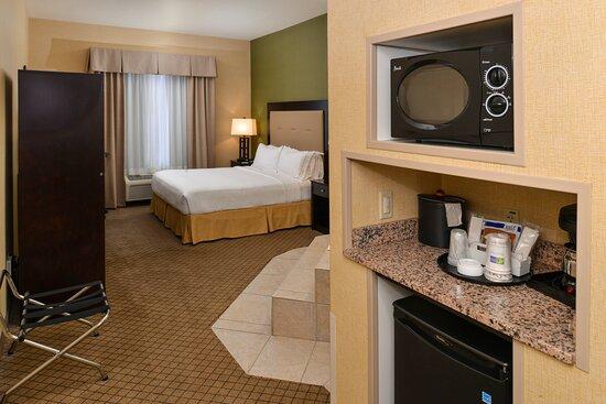 Sacramento Airport Holiday Inn Express Woodland Whirlpool Suite