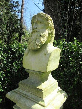 Salon des philosophes, avec sa cuve baptismale, ses statues et  bustes, en sous-bois  partie droite du Château