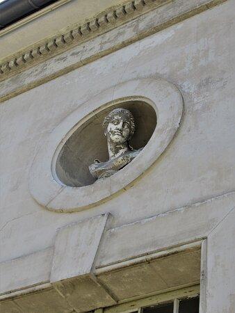 Buste en façade de la Laiterie ou Salon d'été, dans l'axe à droite du Château