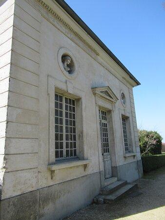 Laiterie ou Salon d'été, dans l'axe à droite du Château