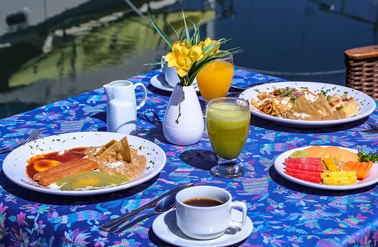 Rico desayuno en nuestro restaurante con vista a La Bahía de La Paz.