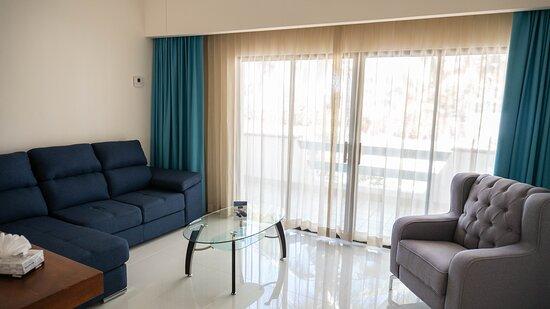 Habitación Junior Suite con iluminación natural.