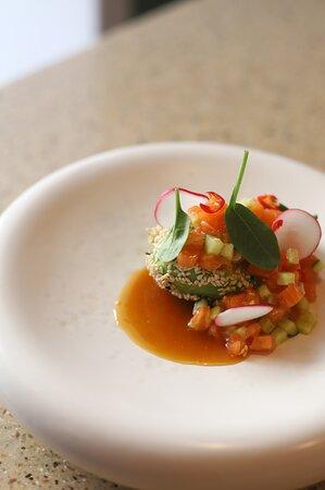 Тартар из фарерского лосося на половине спелого авокадо