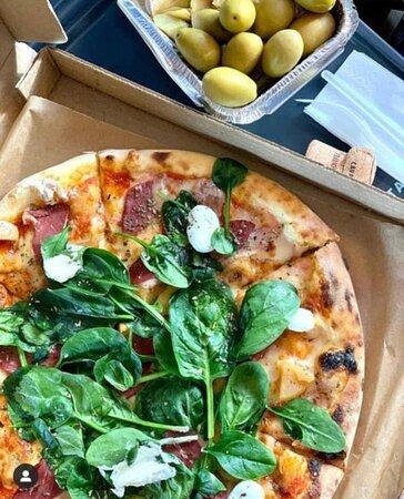 Пицца с уткой, карамелезированным яблоком и шпинатом