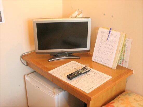 シングルベッドが2台完備された洋室です。ベッドに寝転びながらテレビを見ることが出来ます。