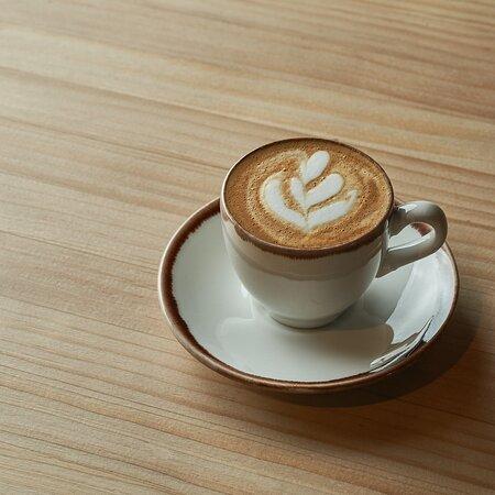 Nada de café comercial. Café de especialidad. Nuestro café de especialidad es 100% arábica, resultado de un trabajo artesanal de plantación y cultivo en altura, recolección y selección manual de los mejores granos y un tueste especial. No puede tener defectos. Es tan especial que incluso te lo servimos en tazas recicladas hechas a base de granos de café.