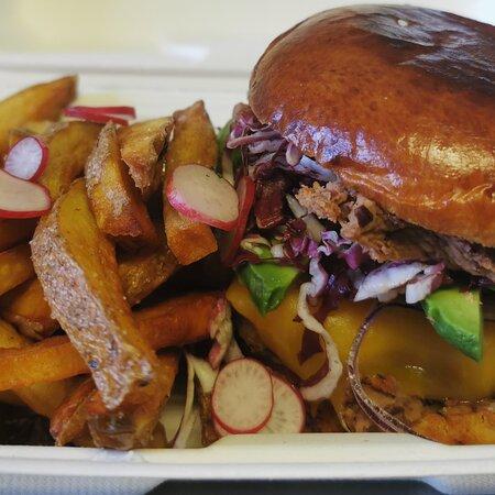 Le Burger du moment : le Burgerito et ses frites maison, servi avec une salade verte !