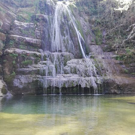 Provincia Tarragona, Španielsko: Preciosa cascada en una piscina natural