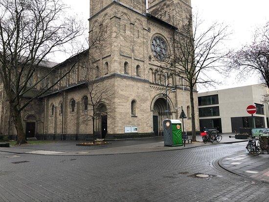 Kirche  Neu St Heribert