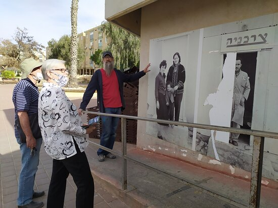 Mitspe Ramon, Israel: עירא דיין מציג את עבודותיו ליד מכולת הסלסלה