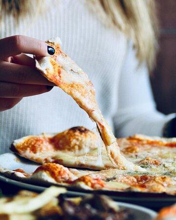 Que los viernes se come pizza es de toda la vida 😉🍕 Pero hazlo con una 1900, elaborada artesanalmente y hecha al horno de leña 🔥 También puedes pedir tu pizza gluten-free! ¡Esto si es un planazo antes del fin de semana!