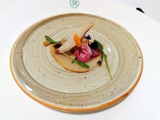 anguila ahumada con foie y laminado de pera