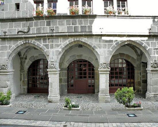 Maison Consulaire Renaissance du XVI ème Siècle. Vue C. Mairie installée dans ce joli édifice. Mur de Barrez 12600.