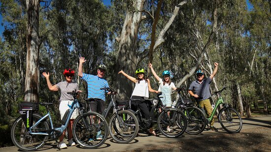 Echuca, Αυστραλία: E-bike hire - group of 5 holiday makers enjoying a ride