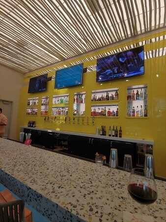 Lobby bar adjacent to the cafe and the lobby