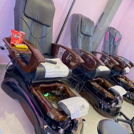 Los sillones de pedicure tienen masaje incluído, además de ser muy cómodos también.