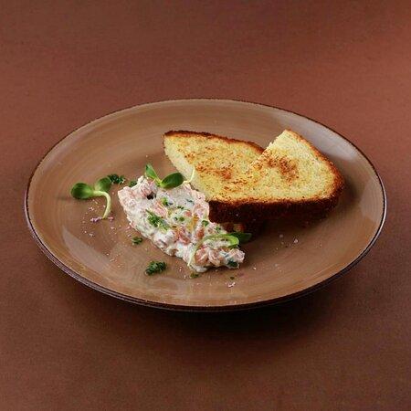 Форшмак из лосося с тостами бриошь