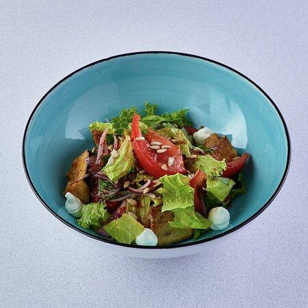 Салат с хрустящими баклажанами, томатами и копченым сыром