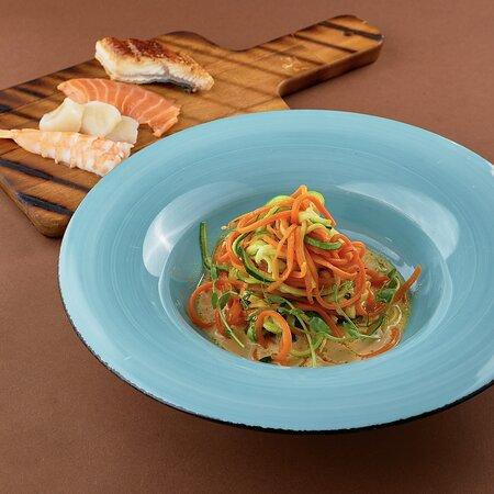 Спагетти из цукини и моркови с печеным перцем и ореховым соусом Рекомендуем добавить на выбор: лосось горячего копчения, креветки, гребешок с красной икрой или угор
