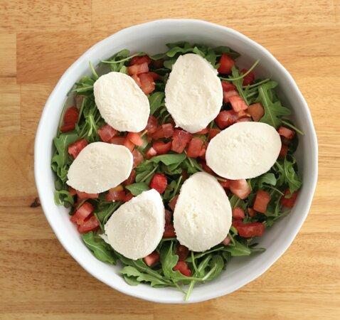 Azzurra: Spring mix greens, romaine, arugula, fresh mozzarella and fresh tomatoes