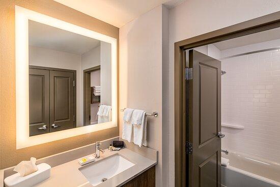 Guest Room Bathroom (Double Queen)