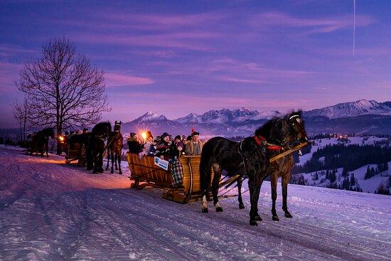 โปแลนด์: Kulig Zakopane - zimowa przejażdżka saniami zaprzęgniętymi w konie. Fantastyczna przygoda zakończona biesiadą w szałasie przy góralskiej muzyce na żywo i regionalnym jedzeniu.