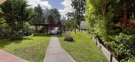 Jardín cerrado y con cochera propia