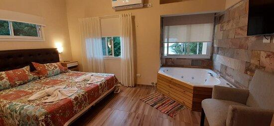 Habitación matrimonial enorme y con jacuzzi doble. Amplia ventilación y vistas al bosque.