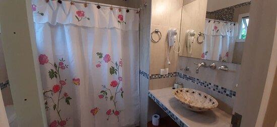 Baño habitación niños, completo y cómodo.