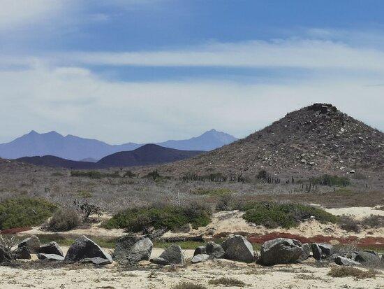 La vista hacia atrás de las montañas