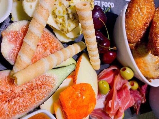 Tábua de tapas, petiscos, queijos, enchidos, frutas e compotas.