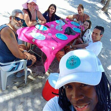 🐟 En una paradisiaca playa frente al Mar Caribe en el pueblo de pescadores de MANO JUAN en la ISLA SAONA,  nuestros clientes degustarán un delicioso PESCADO FRESCO A LA PARRILLA DE CARBÓN, una delicatessen caribeña! 🥑🥥🍍