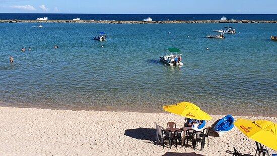 State of Alagoas: Praia Barra de Sao Miguel. Una de las playas más linda que visité en Brazil hasta hoy (conozco las playas de los estados de: Río Grande do Sul, Florianópolis, Santa Catarina, Paraná, Río de Janeiro, Salvador de Bahía, y Alagoas), por encima de Praia do Gunga, otra excelente playa del litoral Sul alagoano. La barrera de arrecifes que estás a unos 250 m de la costa, provocan que el mar en esa playa sea sumamente calmo. El agua es cristalina y de tonalidad verde esmeralda.  En el ex