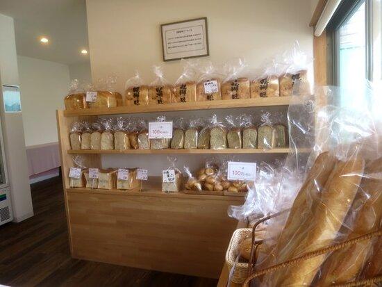 各種食パンをメインに様々な規格外パンが並ぶ