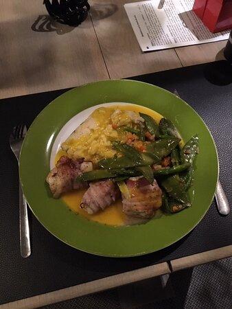 Sainte-Ode, Belgique : Médaillons de lotte lardée, légumes primeurs, risotto aux asperges et sauce saffranée