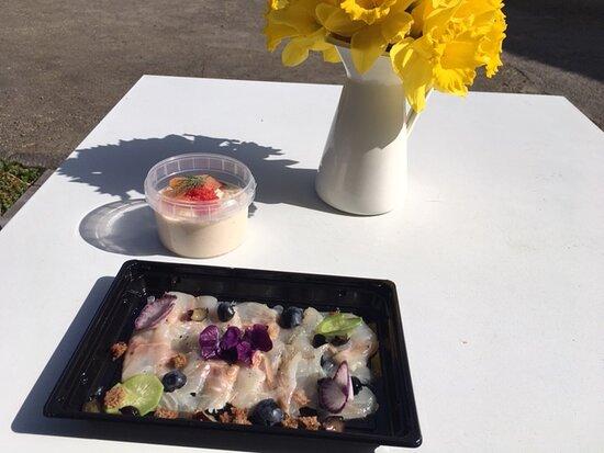 Sainte-Ode, Belgique : Les entrées (take away): panna cotta de chou fleur au saumon et carpaccio de daurade aux myrtilles