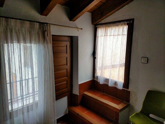Nerpio, Spania: Habitación en la última planta ( 3º) Puerta que no tiene contraventana.