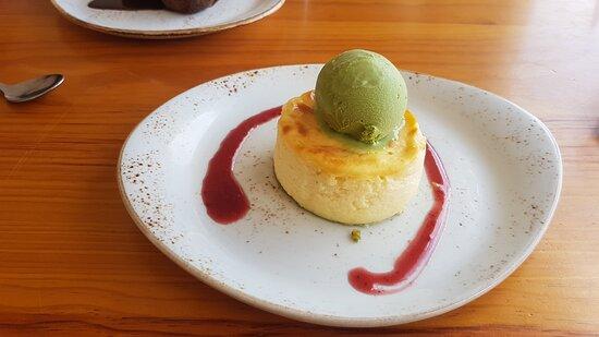 Postre: Pastel de queso cremoso con helado de té verde