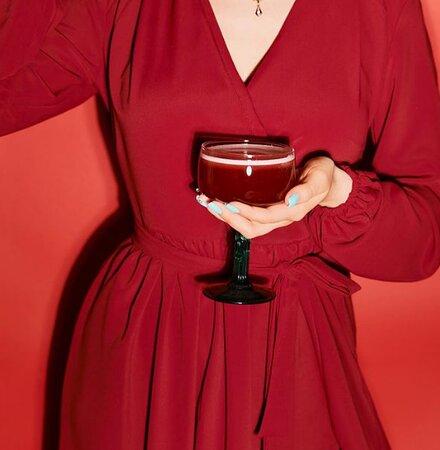 Задумывались ли вы когда-нибудь, почему коктейли подаются в разных бокалах 🥃  Правильному алкоголю полагается правильная форма — чтобы подчеркнуть их содержание  Скорее переходи в наш инстаграм https://www.instagram.com/p/CNXajuMF-xC/ и смотри что к чему ;)