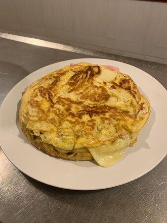 Nuestras clásicas tortillas, esta con txapela de jamón y queso