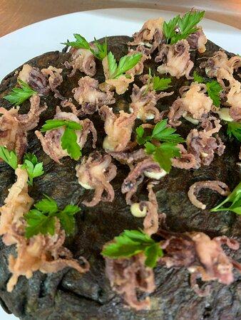 Tortilla negra de chipirones