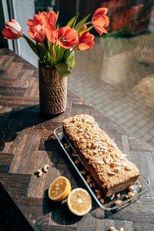 Einer eurer Lieblinge: Mohn-Zitrone Kuchen mit Cashew-Creme. Der Kuchen ist vegan und glutenfrei.
