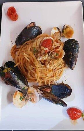 Spaghetti bistrot cozze, totano, vongole, ciliegino, zucchine