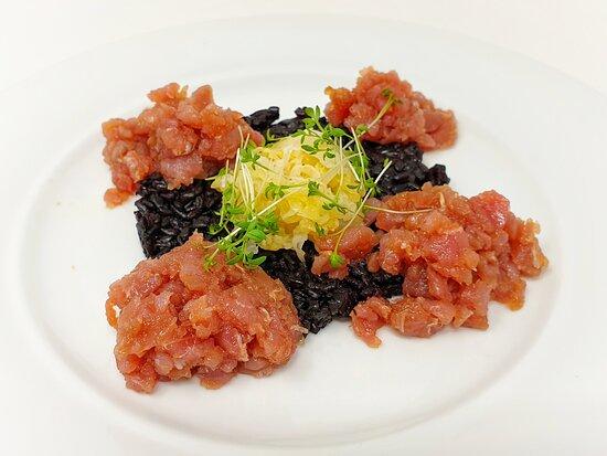 Tartare di tonno, verza macerata allo yuzo e riso venere