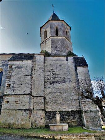 Tusson, Francia: Essentiellement gothique, elle garde quelques vestiges de l'église primitive. L'église était exceptionnellement fermée le jour de mon passage, la mairie aussi. Une communication téléphonique avec la mairie m'a confirmé le côté accidentel de cette situation. L'église est habituellement ouverte aux visiteurs. Je me suis contenté des extérieurs, je repasserai à l'occasion. Construite au 13ème siècle, fortifiée et détruite pendant la guerre de cent ans, elle fut reconstruite au 15ème siècle.