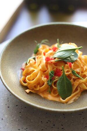 Феттучине с морепродуктами и соусом из запеченого перца