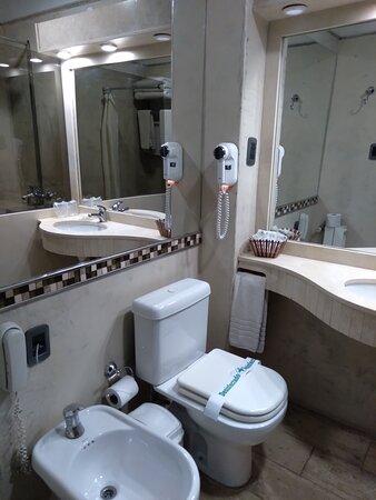Santa Lucia, Argentina: baño limpio y de buen tamaño. Ofrecía amenitis como peine, cepillo de dientes, etc