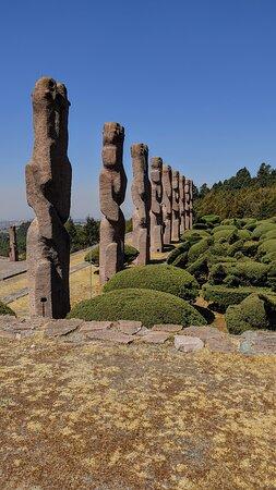 Temoaya, المكسيك: Las 52 columnas compuestas de dos serpientes entrelazadas, representan tanto las semanas que componen un año, como los 52 años del ciclo del calendario azteca.